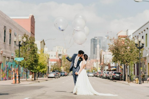 couple kissing in street on santa fe with balloons