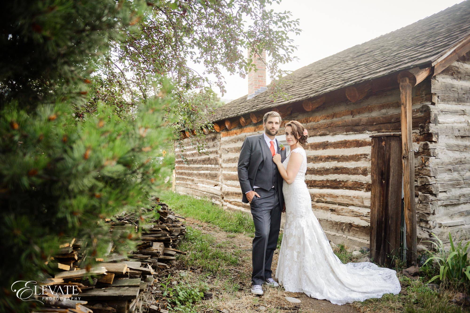 wedding couple log cabin